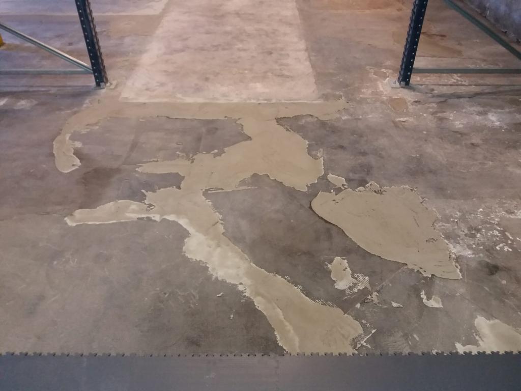 Betonová podlaha s oloupaným nátěrem